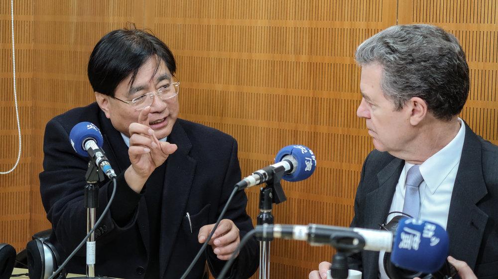 資深媒體人楊憲宏專訪美國布朗巴克大使。攝:周子愉/讀報