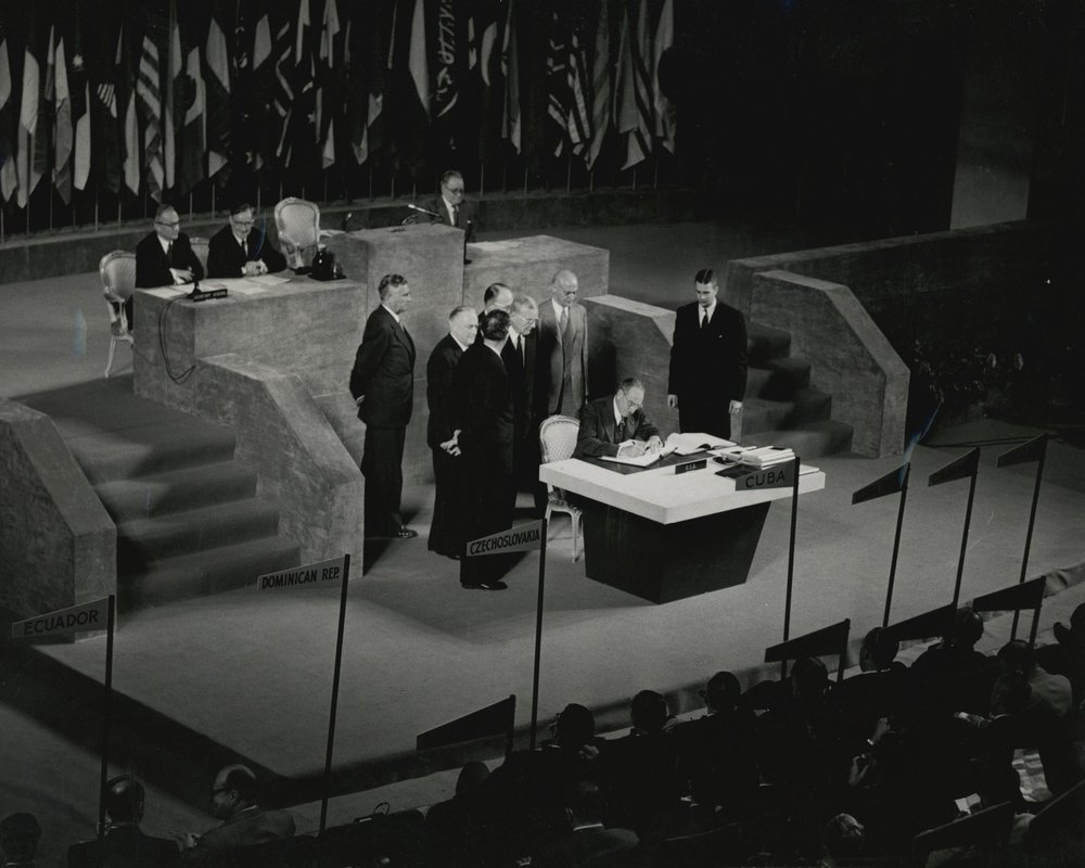 美國代表迪安·艾奇遜以國務卿身分簽署《舊金山和約》。圖片來源:維基共享資源