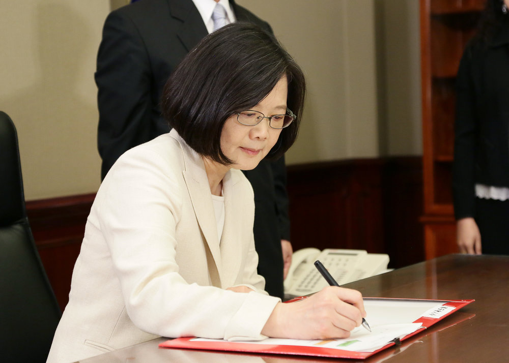 筆者近期將蔡英文就職總統的紀念酒拿去了回收桶。圖片來源:中華民國總統府/Flickr