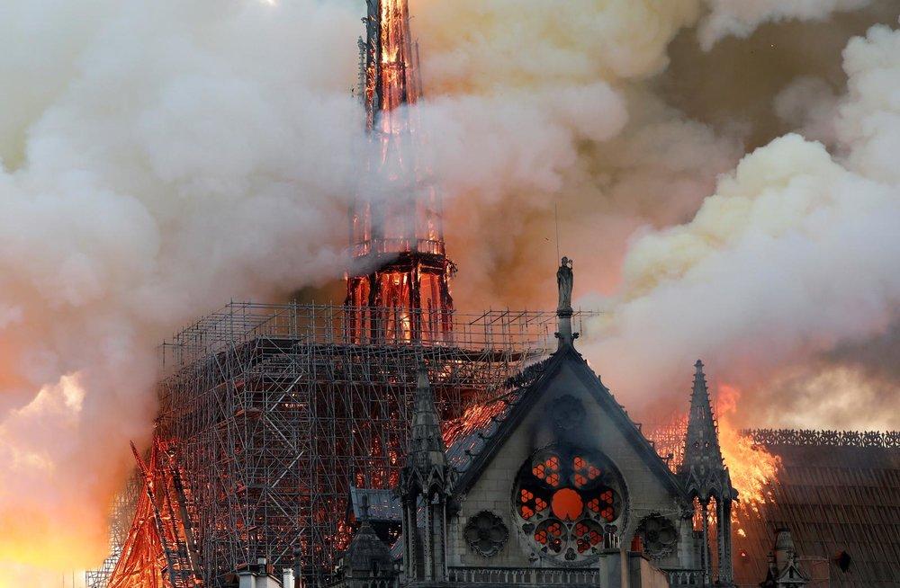 聯合國教科文組織認定的世界遺產「巴黎聖母院」陷入大火,整棟建築幾乎被燒個精光。攝:Benoit Tessier/Reuters