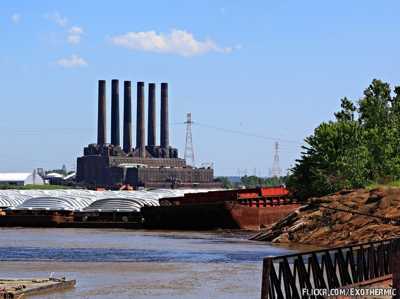 The Cahokia Power Plant in Sauget shut operations in the '70s, but continues to be used for coal storage. (Flickr/Exothermic)
