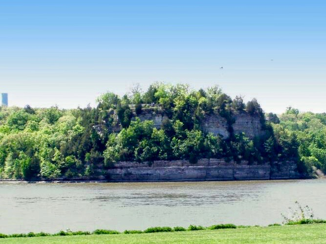 Starved Rock State Park is one of the top Illinois natural attractions, but can be overrun with visitors. A new bill in the General Assembly would impose a parking fee to improve safety and maintenance. (Wikimedia Commons/Chris Light)