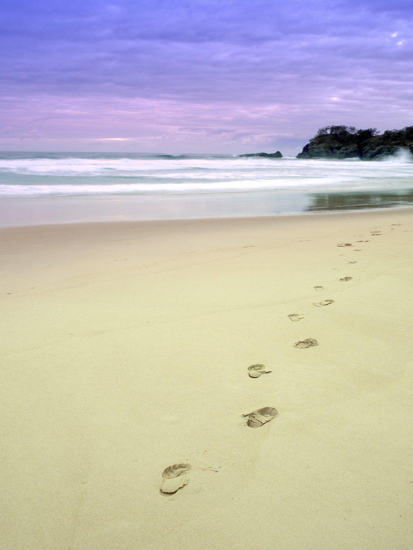 Footprints_on_Noosa_beach.jpg