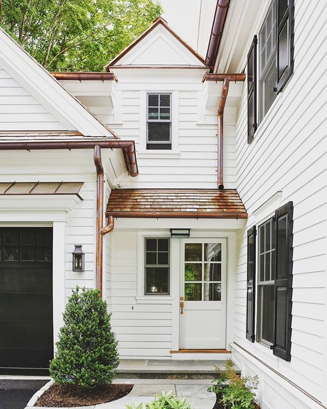 How gorgeous is this Colonial home! Love the weatherboard, the roof and especially the copper pipes🙌. So much gorgeous details, so much to love. . By @derosa_builders . . . #copperpipe #copperdetails #homeexterior #exteriordesign #exteriordetail #weatherboard #clapboard #whitehome #colonialhouse #homedetails #homedesign #housedetails #houseloves #architecture #homedesigns #housedesign #instahome #facade #houseandhome #houseandgarden #bhghome #housepaint