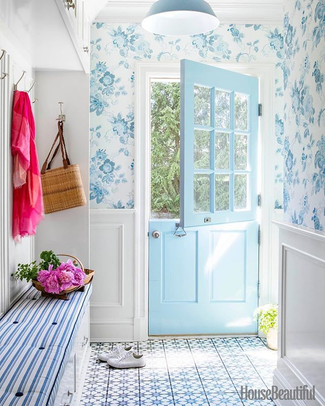 I have a full house at the moment! So happy to have Mum back from Italy and my Sister too. Nothing better 😌. Came across this beautiful and cheerful mudroom and just had to share!. Who doesn't love a Dutch Door especially a blue one at that 😍....also loving that wallpaper and fabulous tiles 💙. By @brookecrewinteriors September issue @housebeautiful  @sophiedow @d.sperduto @aspoonfulofbenjamin 📷 @biadacosta . . . #mudroom #mudroommakeover #mudroomdesign #mudrooms #mudroomdecor #dutchdoor #bluedoor #doorsofinstagram #wallpaper #blueandwhite #blueandwhiteforever #coastalhome #farmhousestyle #interior2you #instahome #instahomedecor