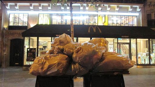 Les poubelles du McDonald's dans la nuit du 26 au 27 juillet 2018. On observe les cartons fournisseurs, en apparence triés, re-mélangés avec les déchets de salle