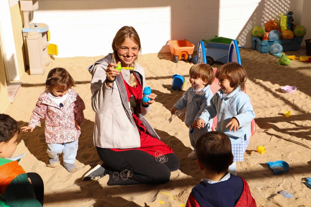 INMA - Tiene una larga experiencia como docente y sigue en contínua formación. Está muy enfocada a todo lo emocional y al desarrollo afectivo del niño. En estos últimos años está perfeccionando su labor con cursos de psicomotricidad y obteniendo la titulación de Guia Montessori. Además, es una defensora del método Baby-led Weaning o Alimentación autorregulada por el bebé.