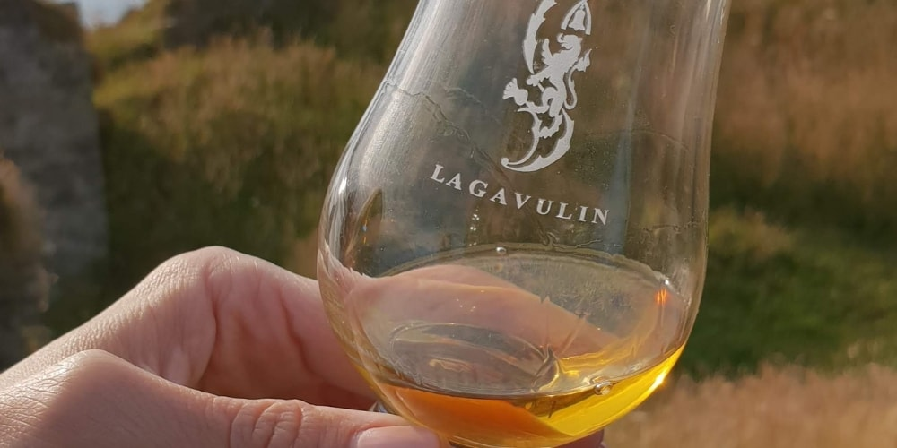 Peated_Whisky_lagavulin-glass-the-three-drinkers.jpg
