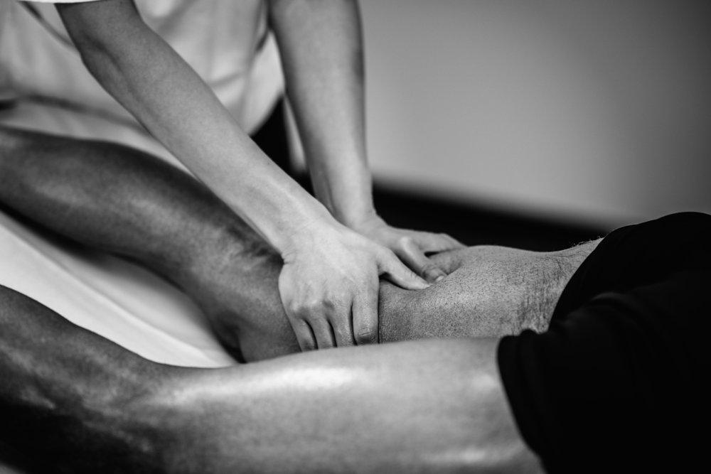 Sportmassage - Die walkenden Griffe der Sportmassage wirken gezielt auf die beanspruchte Muskulatur. Dies führt zu einer Abkürzung der zur Regeneration nötigen Zeit.Gönnen Sie sich und Ihrem Körper eine Sportmassage und fühlen Sie den Unterschied.