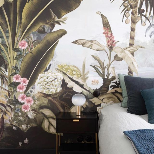 Don't rush out of bed, it's cold out there. I'd love this wallpaper mural by to warm up my bedroom 🌴