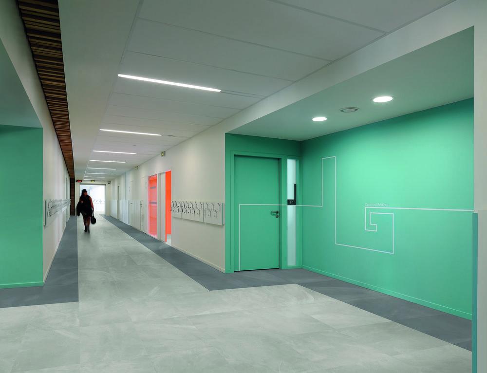 ArchitectResin BerlinGrey 60x60 nat Amb corridoio verde.jpg