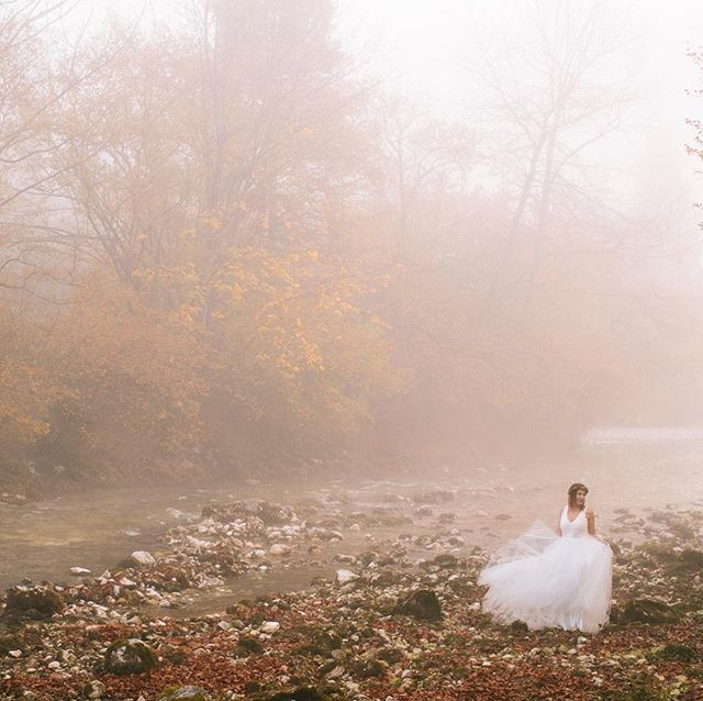 There's something calm and mysterious about foggy mornings. Probably the softness I really love. And a fearless bride. What a duo! ... .. . #wedding #weddingphotography #weddinginspiration #fineartwedding #creativewedding #bride #brideandgroom #groom #realwedding #weddingideas #modernwedding #chasinglight #junebugweddings #photobugcommunity #elopementcollective #theknot #fearlessphotographer #slovenia #bled #lakebled Wedding planner: @andreavagvolgyi  Bride: @encoka
