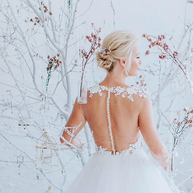 Simple, stylish and super-chic ... .. . #wedding #weddingphotography #weddinginspiration #fineartwedding #creativewedding #bride #brideandgroom #groom #realwedding #weddingideas #modernwedding #chasinglight #junebugweddings #photobugcommunity #elopementcollective #theknot #fearlessphotographer #bridalgown #bridaldress #daalarna #ndustrialstudios #budapest  Wedding planner: @andreavagvolgyi  Dress: @daalarnacouture  Location: @ndustrialstudios