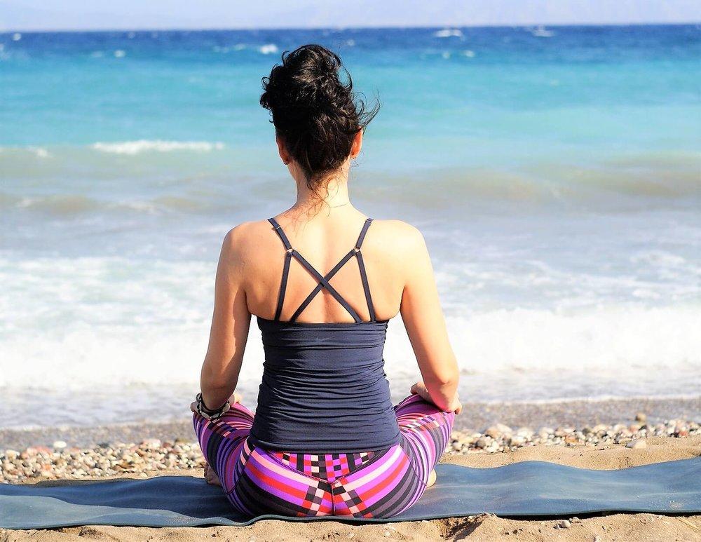 Yoga kan du trene alene - hvor du vil.