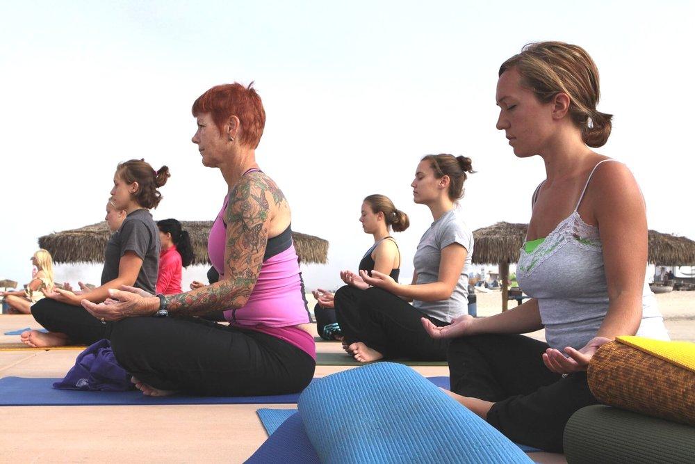 Yoga kan du trene både ute og inne.