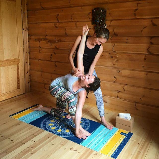 On Yogue cette semaine ? ✨🙂 • • On se retrouve sur le tapis entre ce soir et jeudi pour 5 pratiques de yoga dynamique et Yinyasa autour du chakra du cœur / Anahata 🌿 vous pouvez vous attendre à une pratique faisant la part part aux ouvertures de ❤️ et flexions arrières tout en faisant monter un peu le rythme cardiaque pour réchauffer le corps, ainsi que des pranayamas. Un délice pour le corps et l'esprit à partager ensemble avec le sourire ✨ • • Il reste quelques places sur les pratiques de demain et jeudi soir. Profitez en pour vous inscrire sur Escale-yoga.fr/reserver • • 📸 @elodiecoroller | tapis soft de @bayafrance motif Bombay. • • #escaleyoga #inspire #expire  #explore #yogabrest #yogateacher #yogajournalfrance #vinyasa #yogadynamique #yinyasa #baya #bayatribe