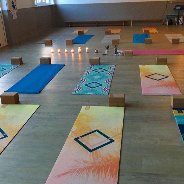 Gratitude gratitude gratitude ✨ merci aux belles âmes qui sont venues «yoguer» cette semaine au rythme du chakra du cœur. C'est l'une de mes pratiques favorites et en préparant la salle pour les pratiques de ce soir je suis émue de voir à quel point l'énergie se partage de semaines en semaines ✨ belle fin de semaine à tous ! • • #escaleyoga #inspire #expire #explore #yogabrest #comeandflywithus #vinyasa #yogadynamique #yinyasa #ilovemycitybrest #yogateacher #happyyogis #yogaeverydamnday