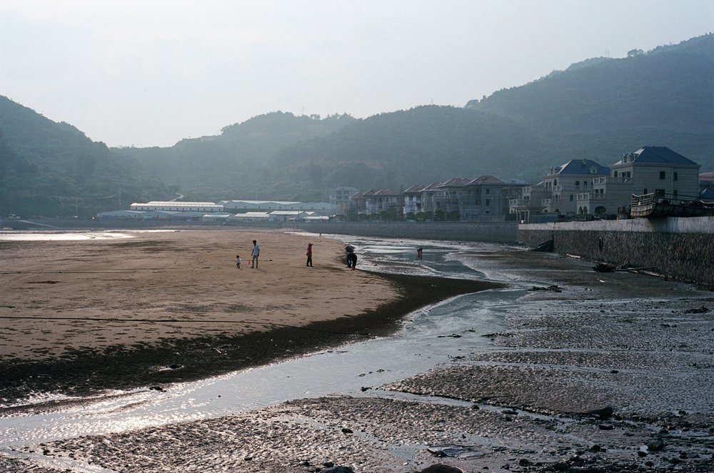 xiapu, fujian. locals from the fishing village on the mudflat.
