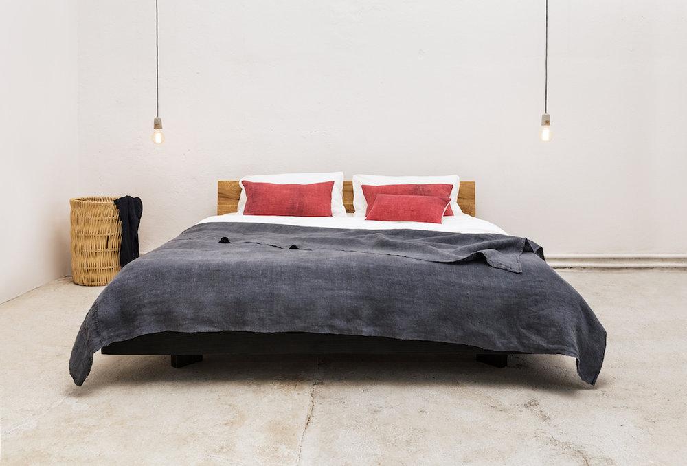 Bett Schwebend Schwarz Lasiert Kopfteil Aus Eiche Woodboom