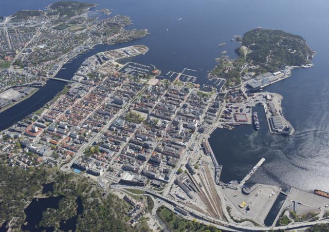 Kvadraturen - Kvadraturen er navnet på sentrum av Kristiansand. På oppdrag fra kong Christian IV, laget Hans Jacobsen Schiørts en byplan. Den bestod av 54 rektangulære kvartaler, med fem langgater og åtte tverrgater. Kongen må ha likt firkanter og rette gater!