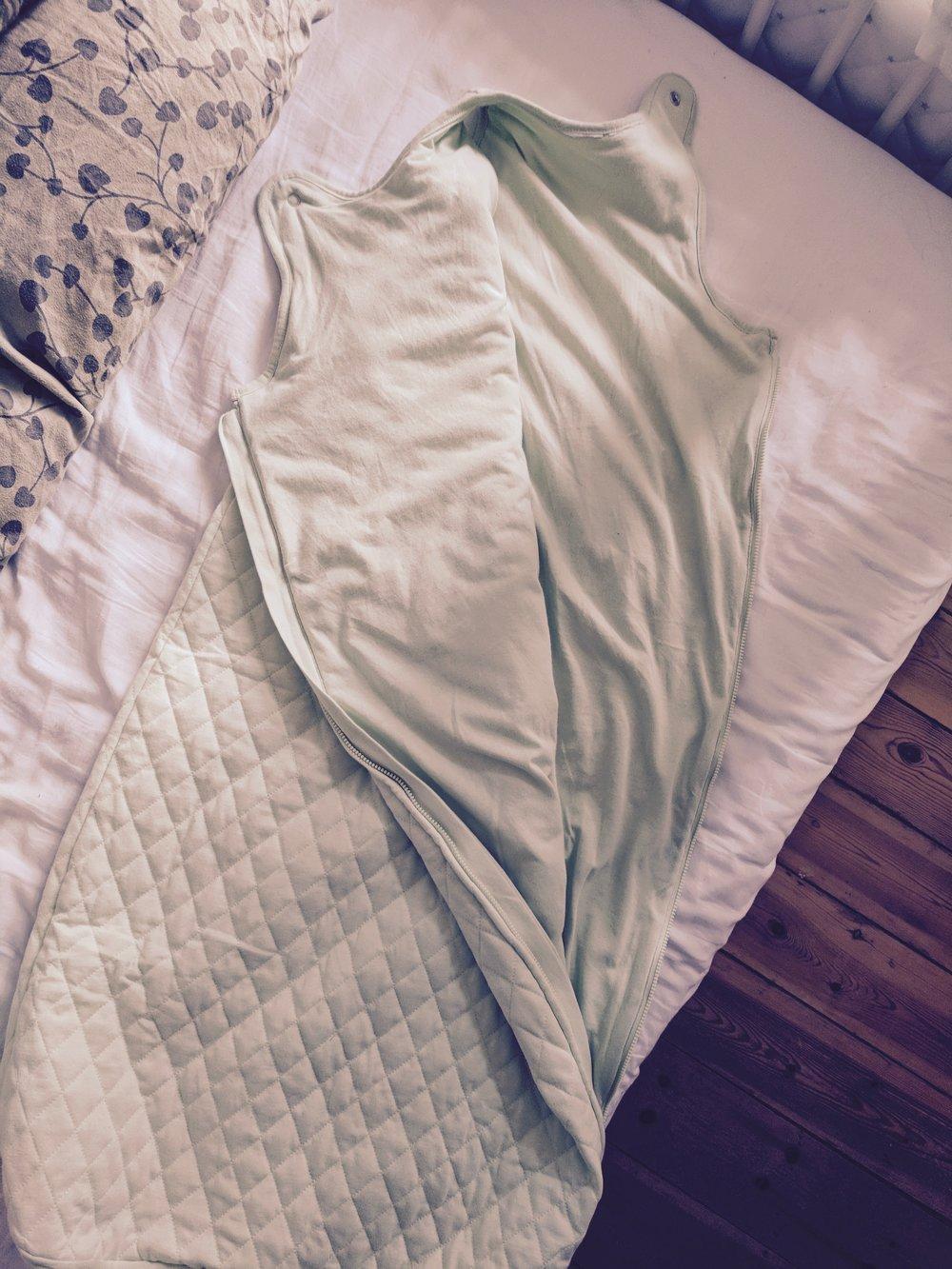I en periode puttede vi ham i denne sovepose i håb om at det kunne give hans krop noget ro, når han skulle sove, og at han ikke hele tiden rejste sig op.