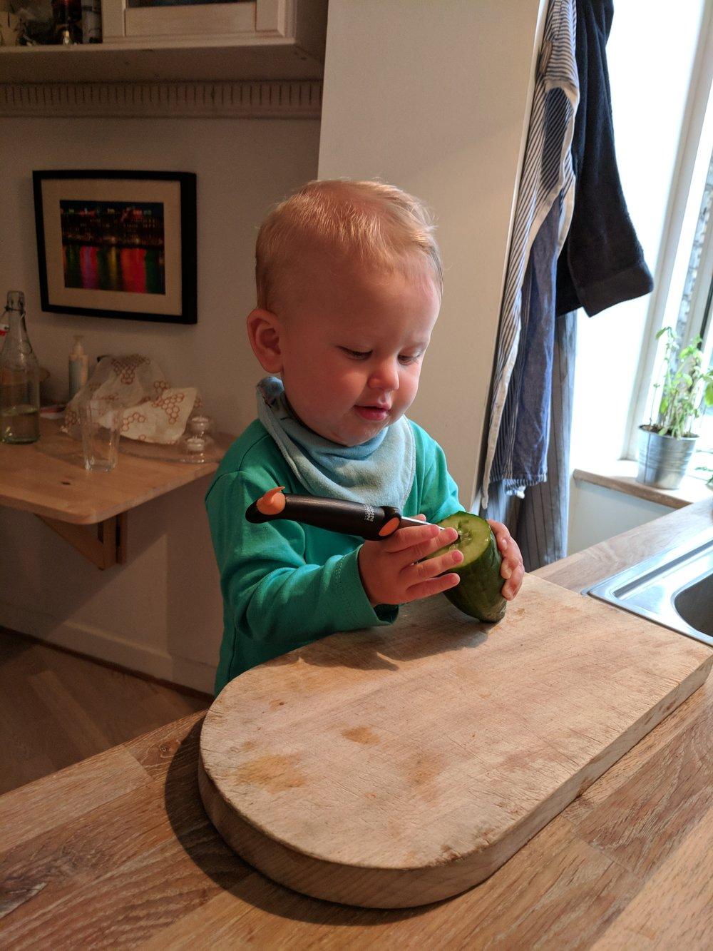 Øver sig på at bruge kniv og hjælper med madlavningen