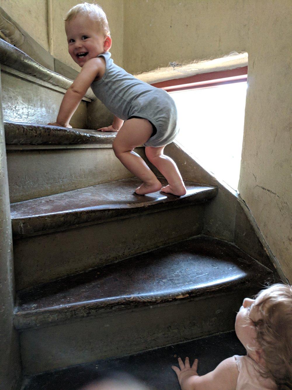 De øver sig på trappen i deres eget tempo