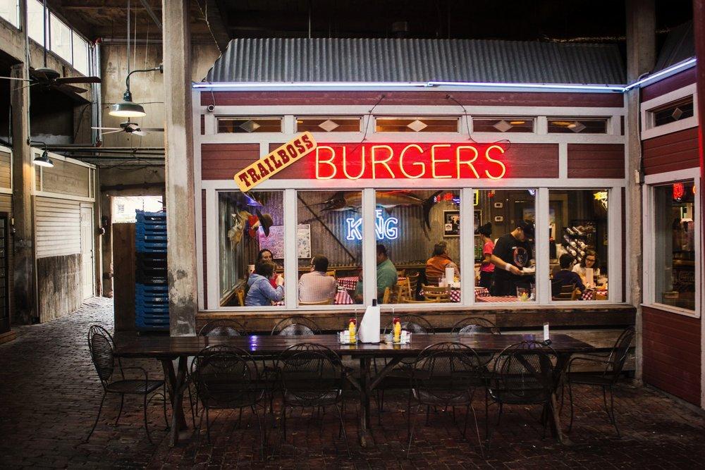 El bocado por excelencia - Todo el mundo siente una atracción especial por la humilde hamburguesa.Muchos recordamos la primera vez que sostuvimos una entre nuestras manos y le dimos el primer bocado mientras su jugo se deslizaba entre nuestros dedos.Nacida en América en 1900, la hamburguesa ha trascendido generaciones y ha pasado a ser, para muchos, el bocado por excelencia.