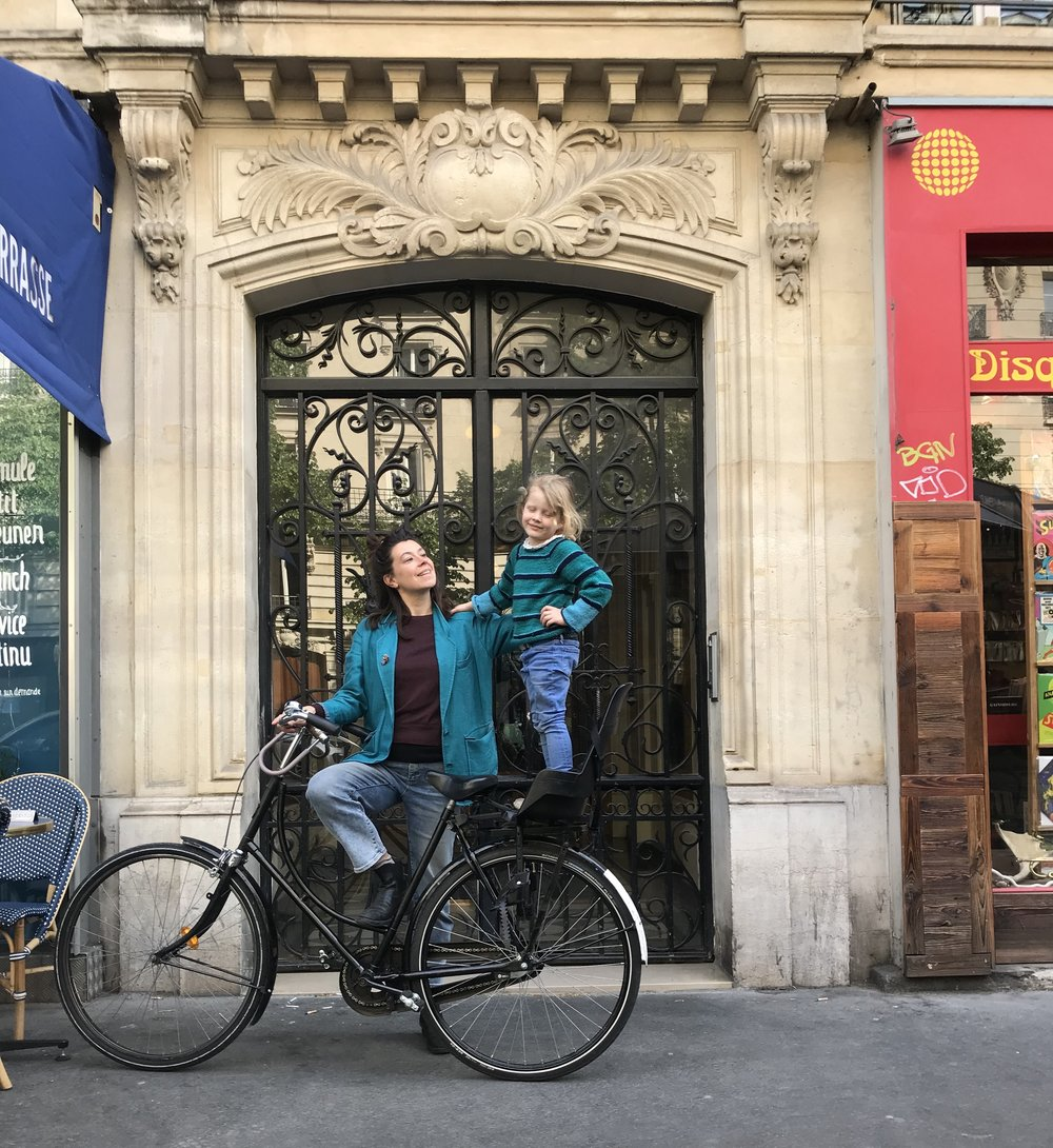 Lis and her little girl Mado prefers to bike around Paris..!