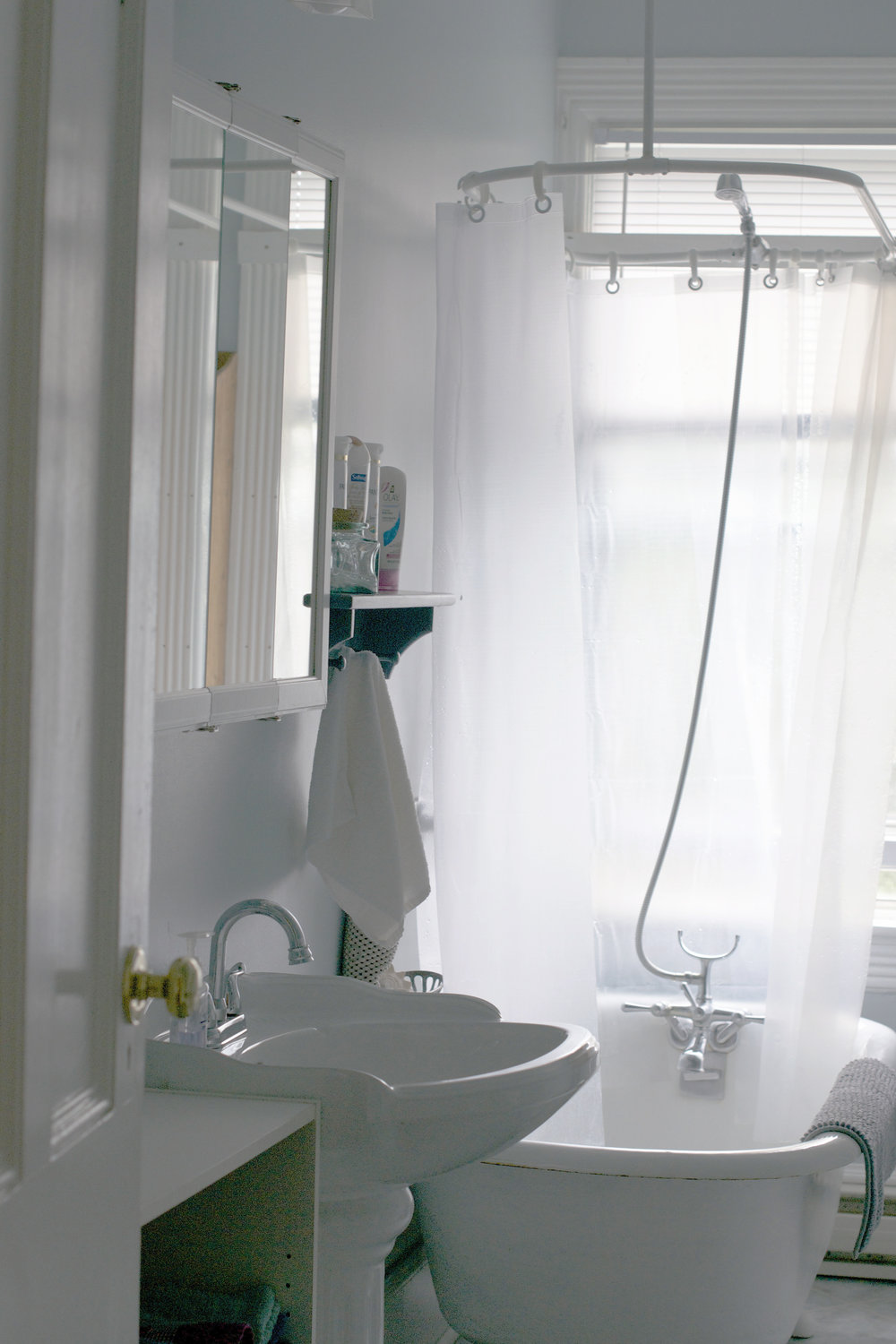 bathroom-upstairs.jpg