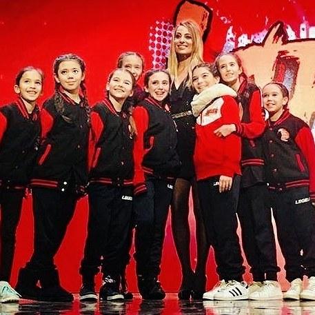 Jessica con delle giovani ballerine che hanno concorso nel talent di danza iCrew per Mediaset, di cui Jessica era in giuria