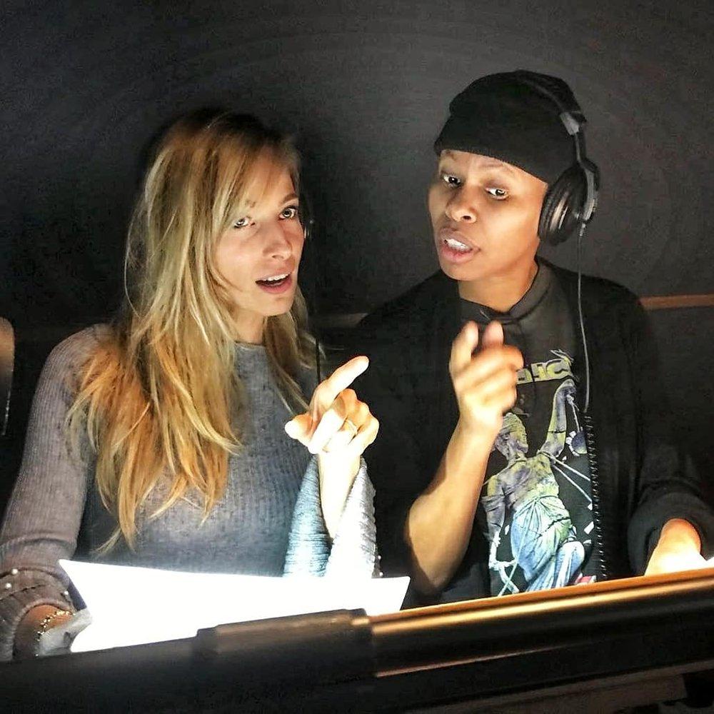 Jessica segue Skin come acting coach nello studio di doppiaggio per un film