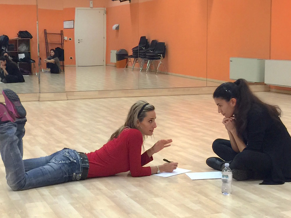 Jessica tiene una lezione privata di coaching di musical
