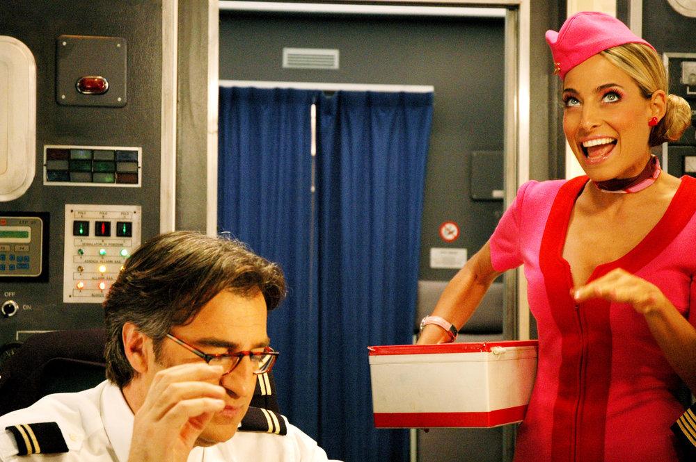 Jessica e Max Tortora in una scena tratta dalla sitcom Piloti per la RAI