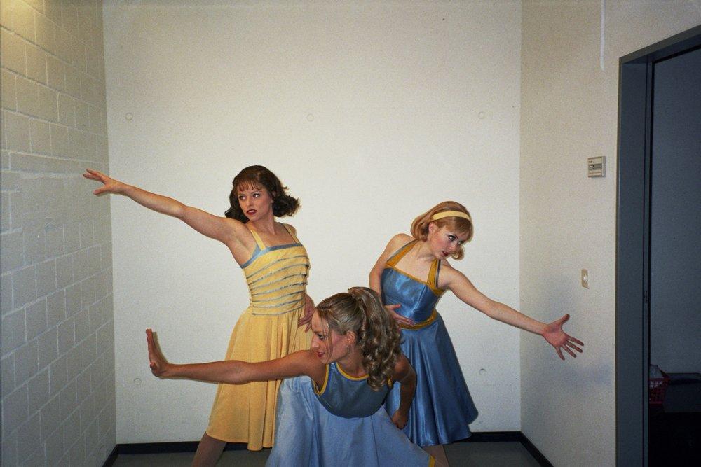 """Jessica e le sue colleghe nel backstage durante il tour mondiale del musical di Broadway, """"West Side Story"""""""