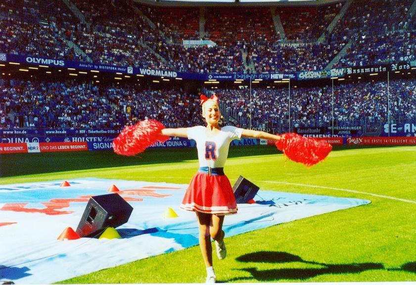 Jessica nell' intervallo di una partita di calcio in Germania durante un'esibizione promozionale per il tour mondiale del musical Grease