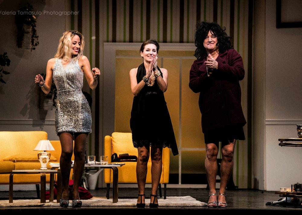 """Jessica e colleghi durante i saluti finali dello spettacolo """"Il clan delle divorziate"""""""