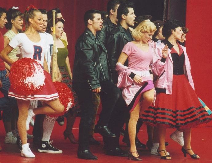 """Jessica in scena con il cast del tour mondiale di """"Grease"""", nei panni di Patty Simcox"""