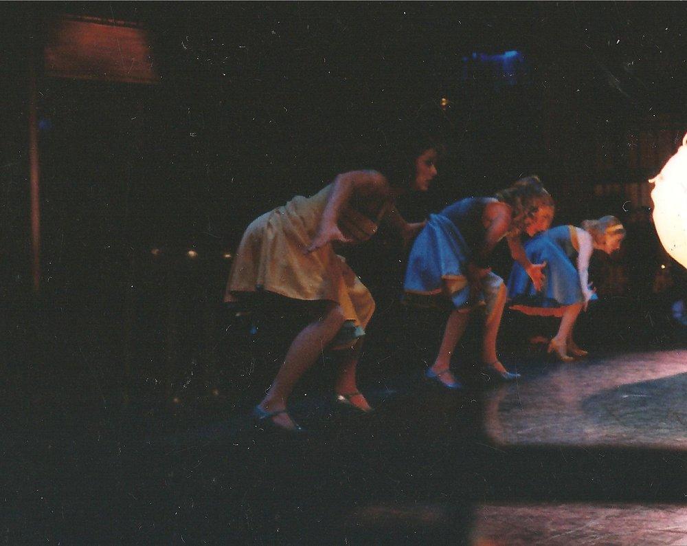 """Jessica (al centro) sul palco in una scena dal tour mondiale del musical di Broadway, """"West Side Story"""""""