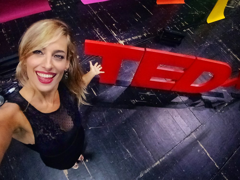 Jessica alla conduzione dell'evento TED, sul palco dietro le quinte