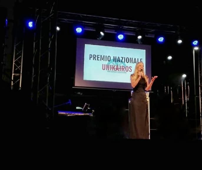 Jessica riceve un riconoscimento alla serata gala' dell'Associazione Unikairos