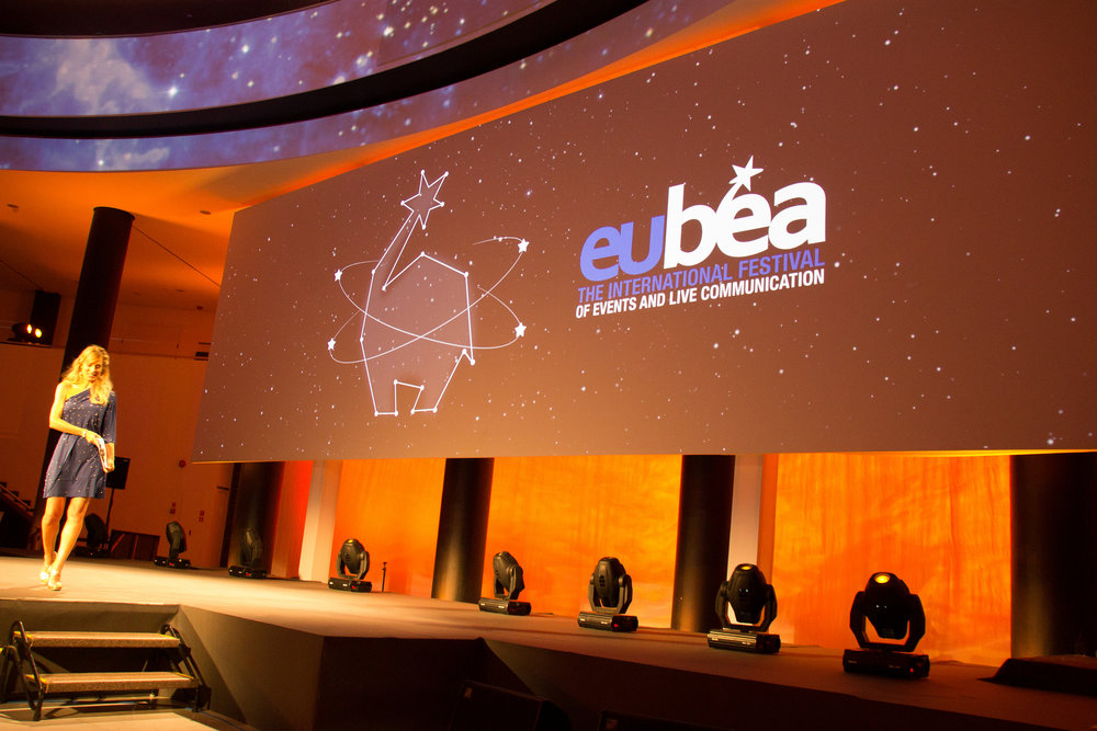 Jessica che conduce i premi EUBEA