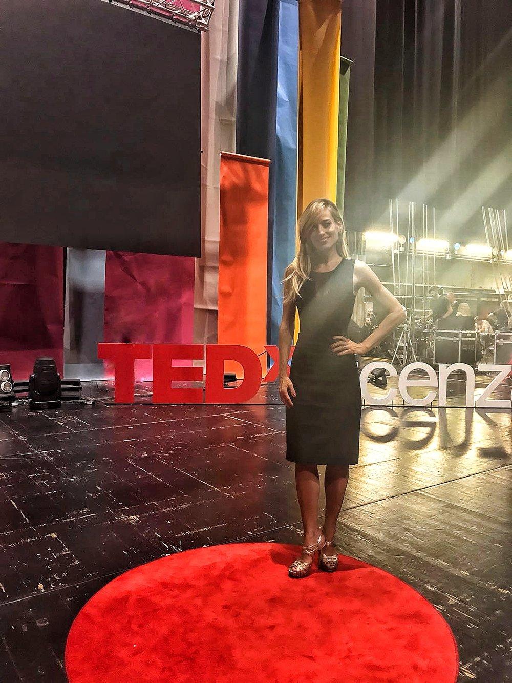 Jessica sul palco dell'evento TED in una pausa dalla conduzione