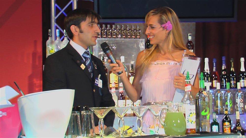 Jessica alla conduzione di una gara internazionale di show barman