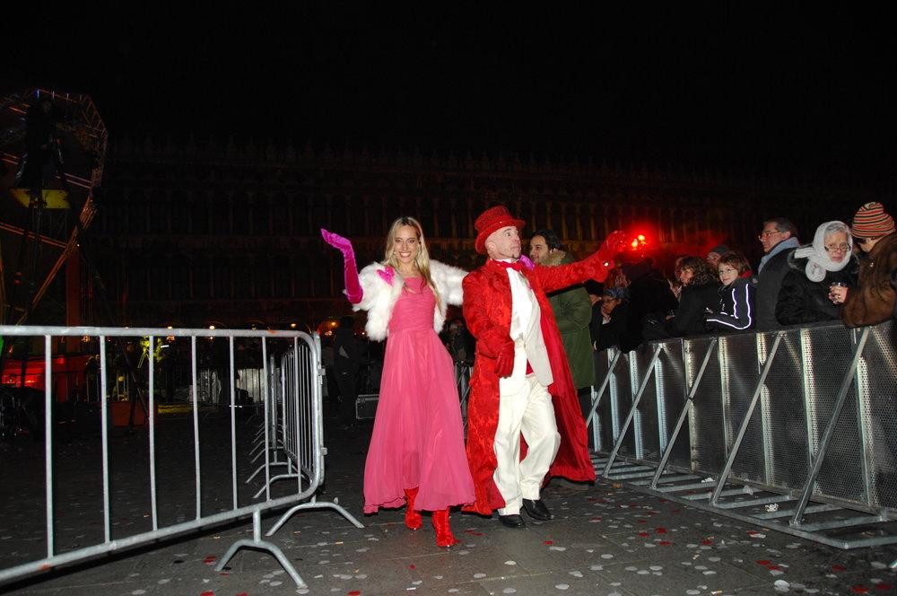 Jessica sale sul palco per condurre l'evento di capodanno in Piazza San Marco a Venezia, qua con Doug Jack