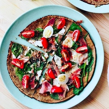 Bring some French-holiday feeling to your Monday nights! ☀️🇨🇵 These buckwheat galettes are perfect for using up fridge leftovers and are on the table in under 30 minutes.  Check out the recipe (Link in Bio 👆) #buckwheat #goodgrains #loveyourlefotvers #nowaste #holidayathome #myfoodways
