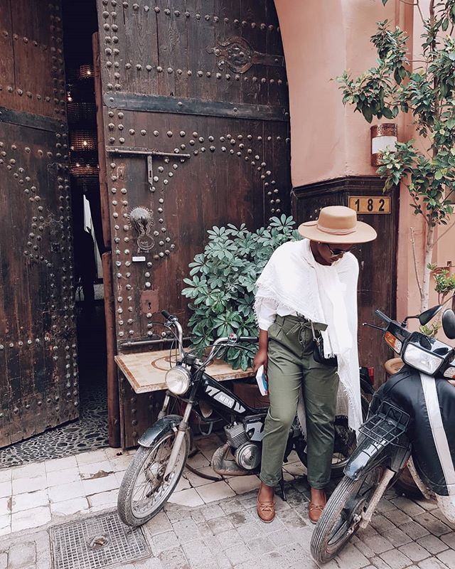 Comment🙋🏾 if you have been or want to go to Marrakech °°° Hat ☑️ Fashuuunnnn ☑️ Posing in front of a door ☑️ Lost something on the floor pose ☑️ Marrakech ☑️☑️☑️ I have now officially graduated from the Instagram school of being subtle 😜 °°° Also, OMG am I actually posting 2 days after my last post and not leaving like 3 months in between each grid post? Is this real life? 🙈 °°° Hahaha yeah it is, and I find myself very funny🤦🏾‍♀️. Go read my blog post about everything I got up to in Marrakesh please. I wrote it 9 months ago, published it 2 months ago and now I'm telling you about it. You know what that's called?... GROWTH! 👉🏾Link in bio👆🏾 °°° Also also, short(er) captions 😱, what is going oooonnn??? °°° #fromadetravels