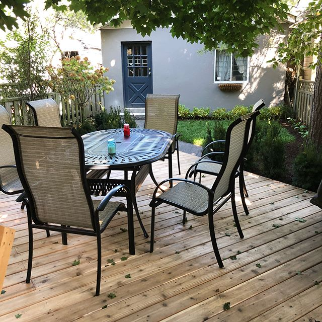Inviting backyard in #midtowntoronto finished just in time for some fall entertaining.#backyardliving#mattonipavers#unilock#allweatherlandacape