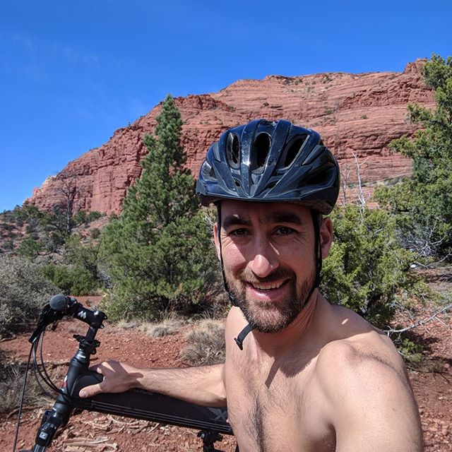 Got the new full size folding bike out on the red rock trails of Sedona. Then I am off to the breathwork retreat tonight by @zachrehder #sedona #montaguebikes #Arizona #breathwork #holotropicbreathwork