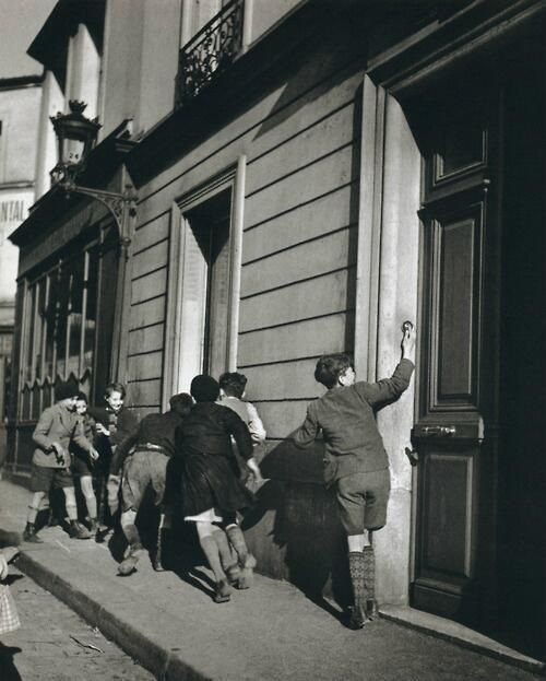 The doorbell robert doisneau.jpg